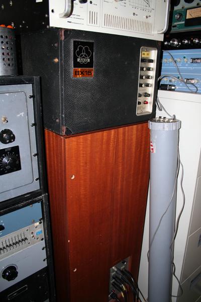 リバーブの名機、AKG社のBX15(上)とBX20(下)。他に本物の真空管プレート・リバーブ、EMT140も設備。
