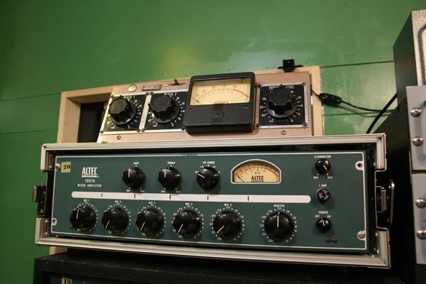 GATES社のポータブル・マイク・プリアンプ(上)とモータウン・スタジオでも導入されていたALTEC社の1567Aミキサー(下)。