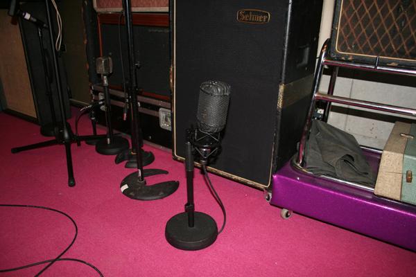 イギリスのレア・ビンテージ・マイクの代表格、STC 4033。1950〜60年代当時のBBC放送局の定番マイク。