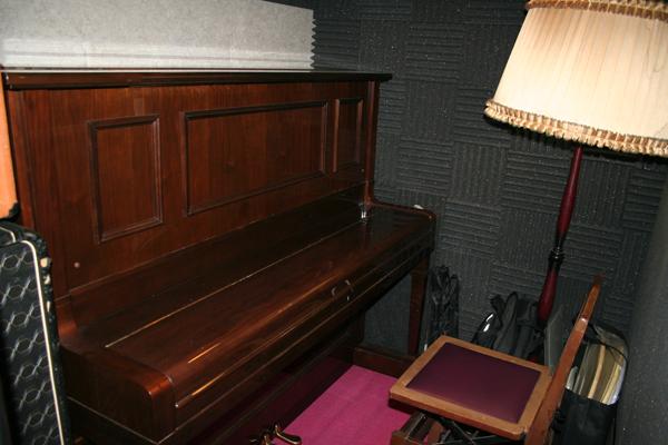 DIAPASONのビンテージ・ピアノ。鍵盤は現在では入手不可能である象牙製のもの。
