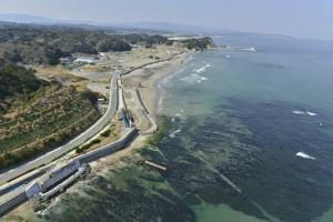 甚大な被害があった薄磯地区と海。 現在、防波堤嵩上げ工事が行われている。(酒井英治14・4・9撮影)