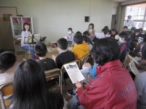 2011年4月上旬、避難所の寺子屋授業にて子ども達と歌う