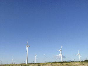 増設中の風力発電塔