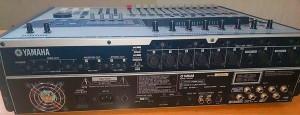 YAMAHA 「AW2400」のリアパネル部分。10年前の機材とは思えない充実のインプット、アウトプット群。特に1、2chのインプットはキャノン、フォーン入力だけでなくインサートの入出力まで装備。コアキシャルのデジタル入出力やMIDI/IN/OUT、パソコンとWAVのやり取りをするUSB2.0といったかなりの重装備。DAW環境では実現しにくいフットスイッチ出力の存在があることにより、REC、ライブ両方に対応しやすくなっている。