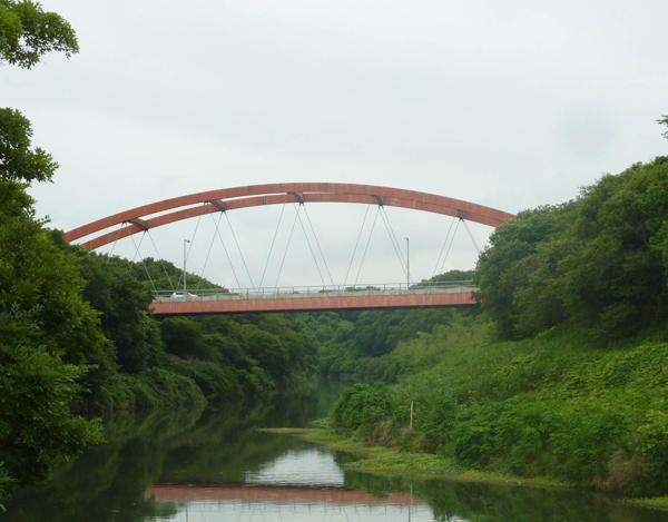 弁天橋 V字谷のような地形は、台地を開削した結果 [写真:八千代市立郷土博物館提供]