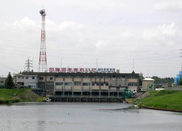 大和田排水機場 印旛沼の水位上昇を東京湾に放流するため、大和田排水機場で一度汲み上げて分水界を越えた先の東京湾へ排水する [写真:八千代市立郷土博物館提供]
