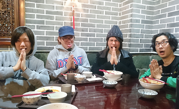 第1回は4人とも見事に完食! 辛くて美味しい四川料理を堪能した。